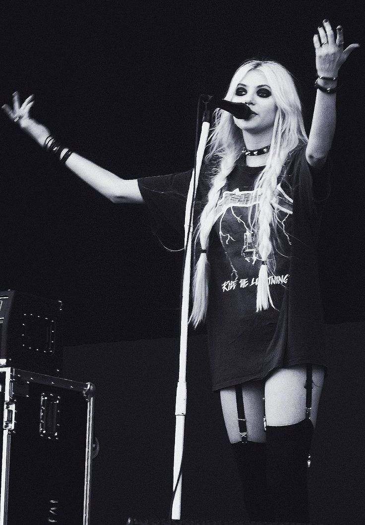 Learn how to dress/style like Taylor Momsen's stage look for a night out!