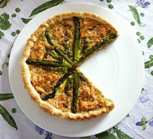 Asparagus and salmon quiche . Quiche con asparagi e salmone