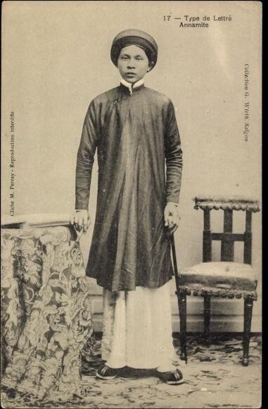 19世紀末から20世紀初頭、ベトナム、フランス人写真家によって撮影されたポストカード。知識人の一般的な服装でアオザイにカンドンと呼ばれる布を巻いた被り物を身につけている。
