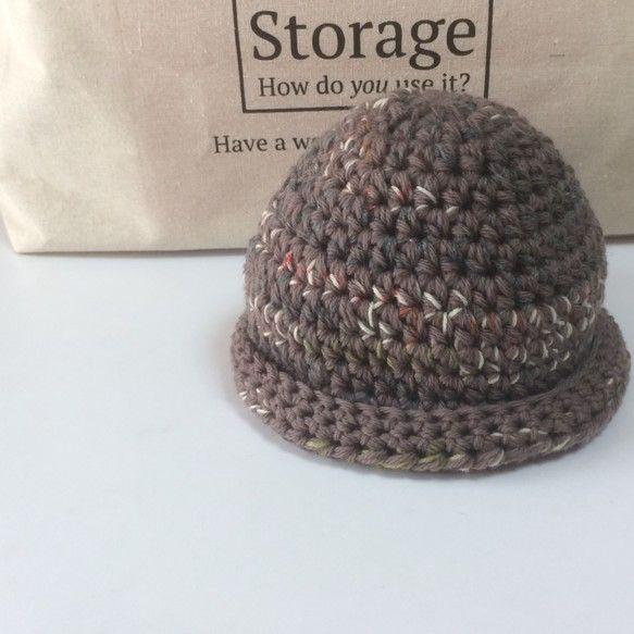 『特別企画1709』期間限定送料無料たっぷりの毛糸でざっくり編んだ可愛いニット帽。深くかぶったり浅くちょこんとのせたり、折り返し部分の変化をつけたり、と、色んな表情でおしゃれを楽しめます。写真ではその素材の良さが伝えられなくて残念ですが、メリノウールをベースに上質な段染め糸をからめて使用していますので手触り、かぶり心地がよく暖かさも満点!雪の降る街でも実用性のある帽子です。ストレッチ性が高いので男女兼用で被っていただけます。レディース メンズ 両用男性にも正ちゃん帽のようにかぶっていただけます。また年齢を問わないデザイン、色柄ですので敬老の日のプレゼントにもぴったり。またお誕生日や記念日におしゃれな男性へのプレゼントに。伸縮性のあるニットですので頭周り54㎝〜58㎝の男性女性ともにご着用可能です。(モデル頭周り58.5㎝)縦19㎝平置き27㎝重さ72gメリノウール100%他ウール…