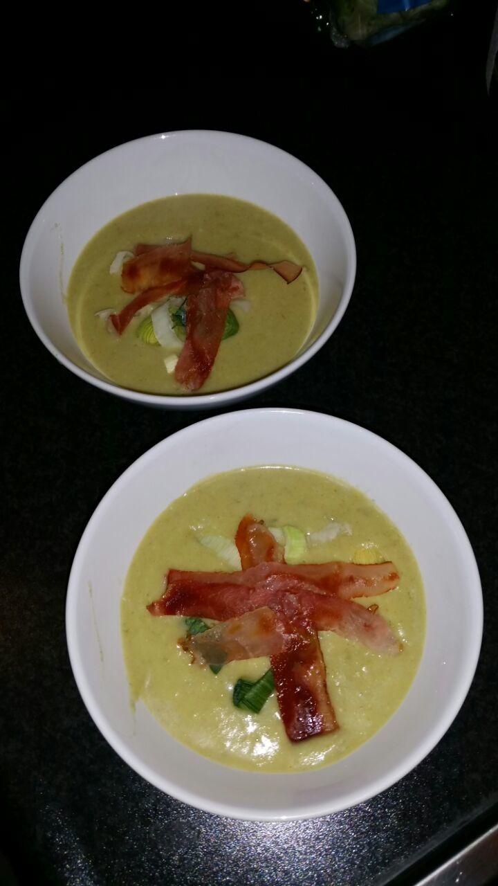 Zin in een lekker soepje? Deze mosterd-preisoep met krokante plakjes bacon zet je in een handomdraai op tafel!