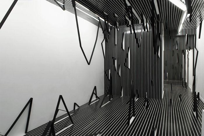 Raumarbeit mit schwarzem Klebeband und Farbe, 3,69 x 10 x 2,8 m, Installationsansicht What I don't know about space, 2008, MUSEUM 52, London, Photo: Andy Keate
