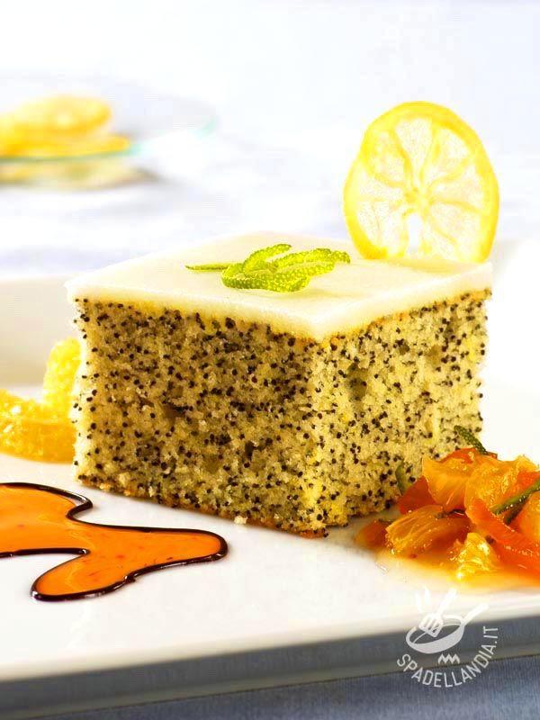 La Torta al limone e ai semi di papavero è un dessert raffinatissimo da servire come fine pasto delicato e originale. Per veri gourmand!