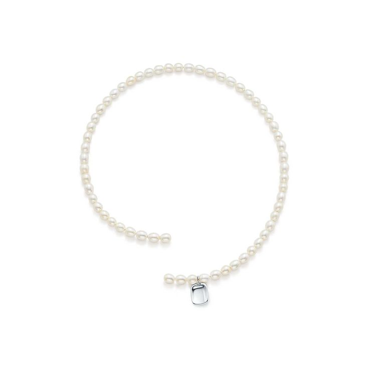 Collier en perles orné d'un charm en argent 925millièmes par Elsa Peretti®.