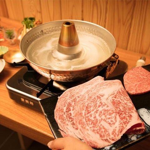 Tokyo Calendar 東京肉しゃぶ家 『東京肉しゃぶ家』の、シャトーブリアンのしゃぶしゃぶ。1cmほどの厚みなのに、すぐ熱でほどけてしまうくらい柔らかい。 #東京カレンダー #東カレ #新宿 #東京肉しゃぶ家 #シャトーブリアン #しゃぶしゃぶ