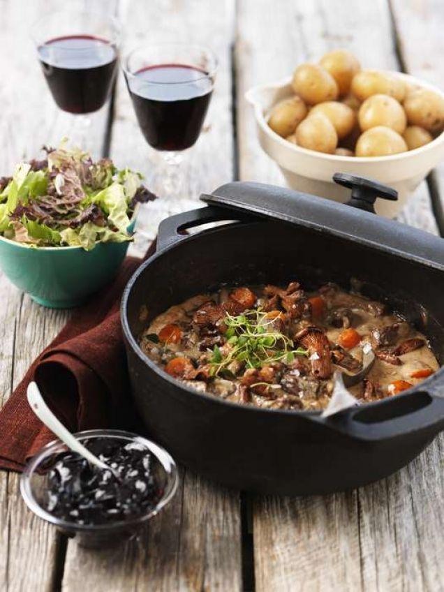 Ett recept på en fantastiskt god älggryta med enbär och stekta kantareller. Passar både till söndagsmiddagen och till festen. Servera gärna med kokt potatis.