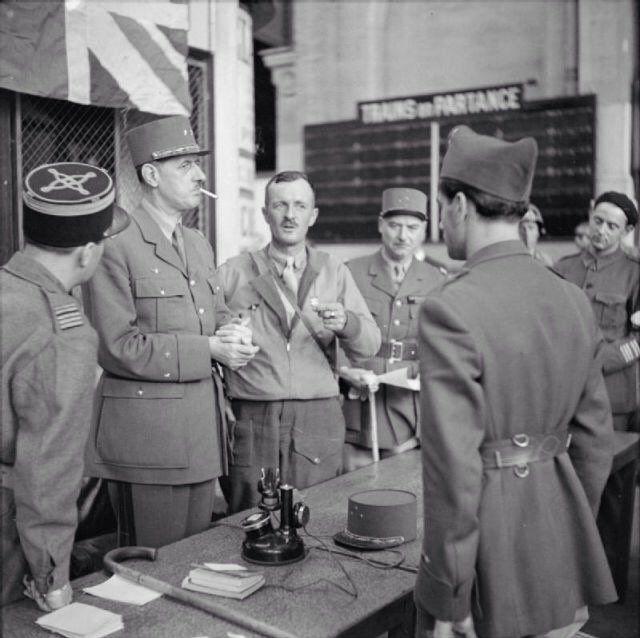 Charles De Gaulle con el General Leclerc y otros oficiales en la estación de ferrocarril de Montparnasse,París, 1944.
