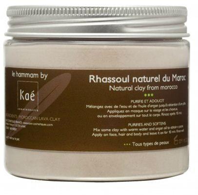 Kae' Organic - Παραδοσιακή Μαροκινή Μάσκα Αργίλου για βαθύ καθαρισμό (200gr σκόνη)    Παραδοσιακή Μαροκινή Μάσκα Αργίλου για βαθύ καθαρισμό, ιδιαίτερα θρεπτική για τα μαλλιά, το σώμα και το πρόσωπο.  Διατίθεται σε σκόνη που εξάγεται από τα βουνά Atlas του βόρειου Μαρόκου, όπου λέγεται «rhassoul» και έχει χρησιμοποιηθεί για αιώνες σε χαμάμ (ατμόλουτρο) και ειδικές θεραπείες.   Είναι εξαιρετικά πλούσιο σε μέταλλα και ο συνδυασμός του με νερό ή ροδόνερο συμβάλει στον καθαρισμό του προσώπου…