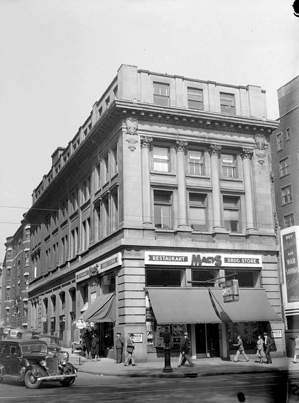 Coin Sainte-Catherine et Peel. Autrefois le restaurant Macy's, c'est aujourd'hui le magasin La Senza qui occupe l'édifice.