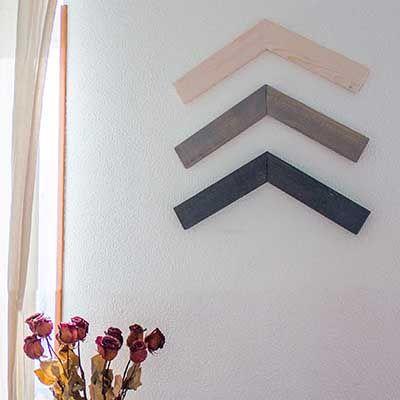 Cómo hacer un adorno geométrico de madera para la pared @handfie - 1. Corta la madera  Para empezar, corta las piezas de madera que van a formar tu adorno decorativo de pared. Se trata de tres ángulos paralelos, compuesto cada uno por dos rectángulos de madera unidos entre …
