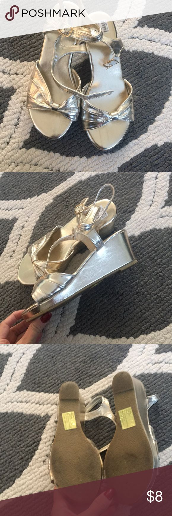 ❤️gold wedge shoes ❤️ Beautiful gold wedge heels with Bow on the front Bought in Puerto Rico Shoes Dress Shoes