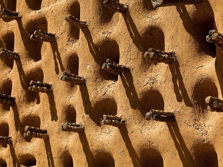 Detail of a wall, Kanikombolé © Farin Urlaub, Lumas, www.x6gallery.hu