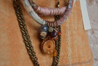 Collares con charms, ambar y piezas vintage