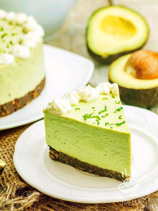 Il Cheesecake all'avocado è un dessert davvero unico: originalissimo e inusuale, il suo ripieno è fresco e dolcissimo, di un bel colore verde! #cheesecakeallavocado
