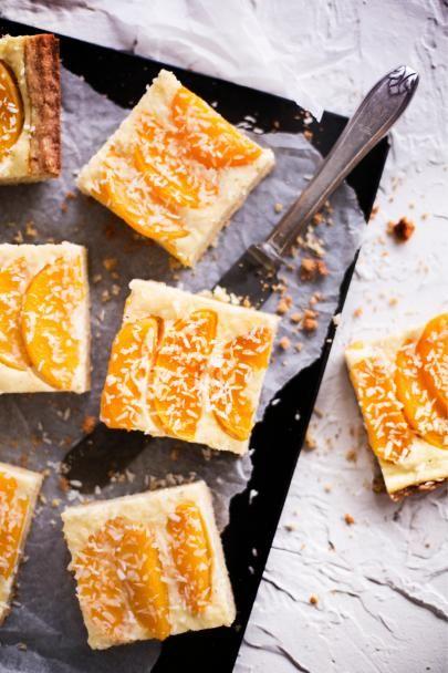 Ihanassa rahkapiirakassa on murea pohja, pehmeä persikkatäyte ja ripaus kookosta. Leivo lempeä persikka-rahkapiirakka vaikka pääsiäisen kahvipöytään!