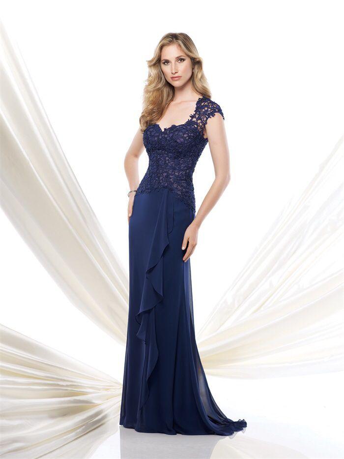 Prachtige donkerblauwe lange jurk van chiffon met top van kant. Voorzijde.