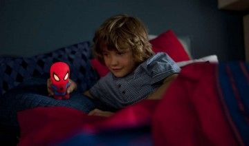 SoftPal Spider-Man is het speelse lichtvriendje van uw kind dat de slaapkamer zacht verlicht. Het zachte, knuffelbare maatje kan worden gebruikt als draagbaar lampje tijdens speel- en bedtijd. Als u de lamp kantelt, gaat hij 5 minuten aan.
