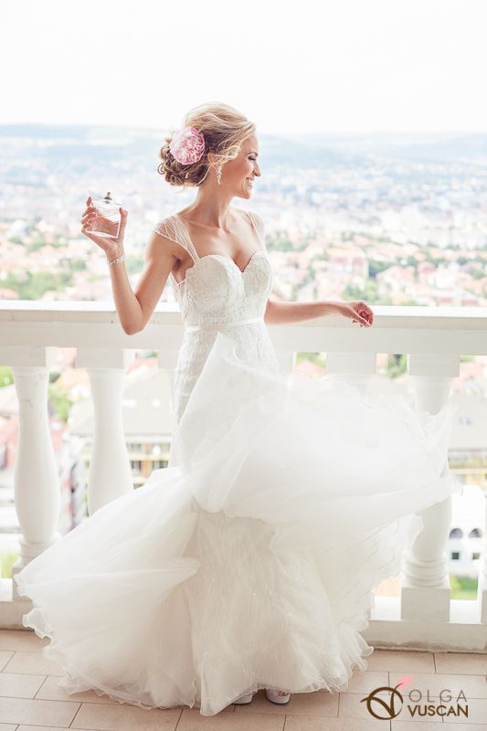 bride and her perfume_images by Olga Vuscan