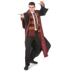 Cette robe de sorcier, portée par les élèves de la maison Gryffondor est une magnifique réplique de la cape de Harry Potter™. Elle est disponible en tailles S/M et L. Ce costume de sorcier, d'excellente qualité, est de couleur noire avec une doublure viol