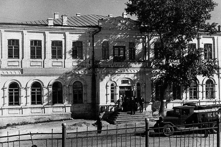 1952 г. Здание управления Куйбышевгидростроя и Гидротехникума на углу улиц Баныкина и Корпусной (в бывшем здании Реального училища)