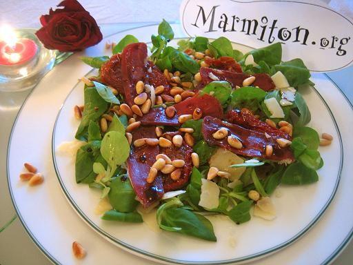poivre, magret de canard fumé, pignon, tomate séchée, salade, vinaigre balsamique, huile d'olive, parmesan, sel