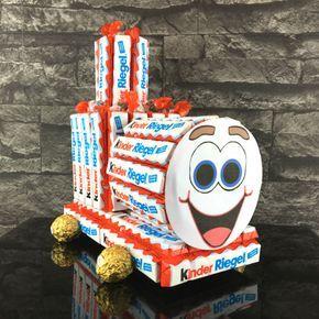Bei dieser Kinderriegel Torte bekommen alle Schoko-Liebhaber leuchtende Augen! Bastelt dieses Schokoladen-Kunstwerk in nur 30 Minuten!