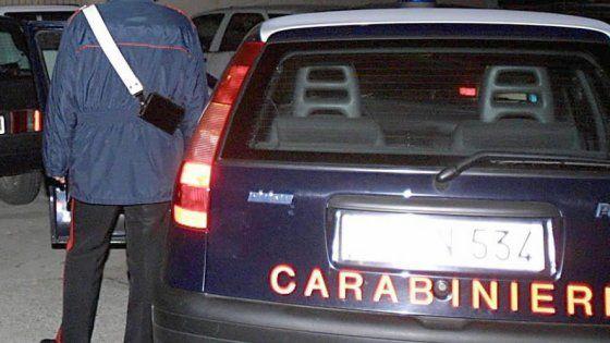 A lanciare l'allarme i medici dopo le urla dell'uomo ricoverato al Di Venere. I carabinieri hanno perquisito la donna e accertato il furto di 20 euro.