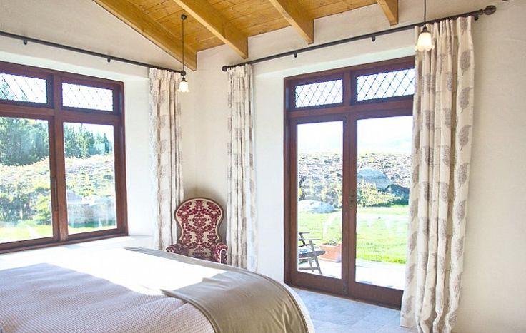 Оба особняка Mt. Cook Lakeside Retreat выполнены в лучших традициях загородных эко-домов: высокие потолки из орегонской древесины, полы из итальянского песчаника, окна от пола до потолка. | Гостиница в Южных Альпах Новая Зеландия | Ahipara Luxury Travel New Zealand #новаязеландия #зеландия #гостиница #гид #отдых #отпуск #маунткук