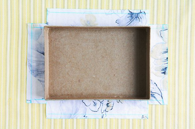 お部屋を可愛いインテリアで揃えたいと思っても、予算内でお気に入りのものを揃えることは難しかったりしますよね。そんな時にはやっぱりDIY!今回は整理整頓に便利で、箱と布で簡単に作れる収納BOXの作り方をご紹介します。