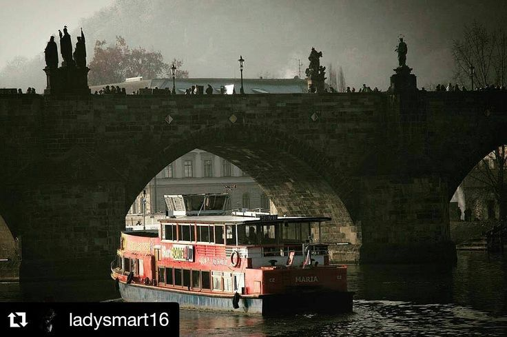 #Repost @ladysmart16 with #boattrip  #prague #praga #boat #river @news.prague @unlimitedprague @prague.today #red