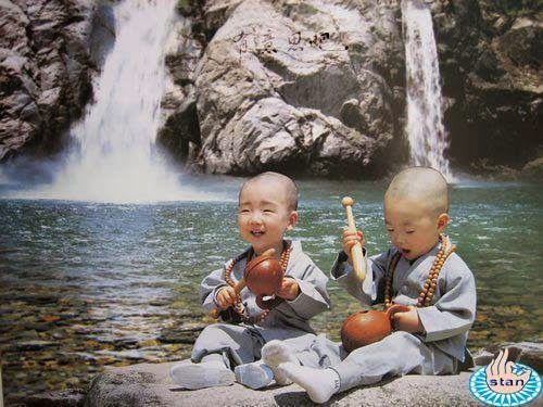 """Classificações e Dualidade. Pensem, pela ótica budista, uma criança pequena sendo ensinada a ser um """"eu"""". Ela nasce e, quando ela começa a balbuciar as primeiras palavras, diz simplesmente que """"neném quer"""". Neném não é um """"eu"""", mas nós ensinamos esta criança a assumir uma personalidade. """"Você é 'eu', é um indivíduo separado! Seu nome é este!"""". A criança absorve isso, e assim começamos a criar a dualidade.  http://opicodamontanha.blogspot.com.br/2015/01/classificacoes-e-dualidade.html"""