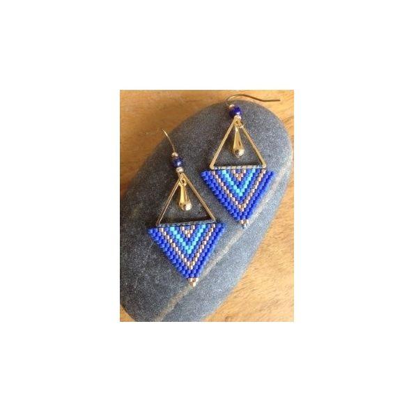 Des boucles d'oreilles triangles en tissage super tendance à réaliser vous-même en suivant ce tutoriel de Tout c'qui brille >>> https://www.perlesandco.com/Boucles_d_oreilles_tissage_brickstitch_Miyuki_Delicas-s-2694-6.html
