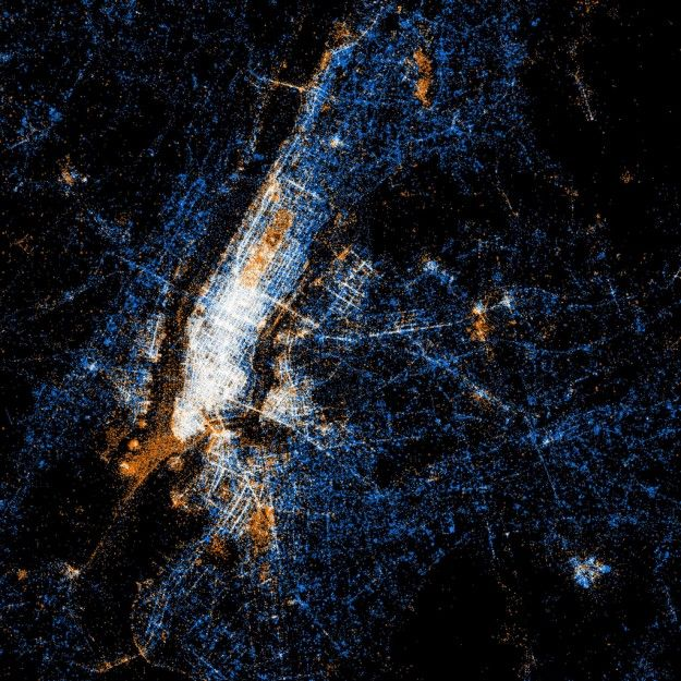 A map of Manhattan plotting Twitter and Flickr usage shows the spots where tourists flock