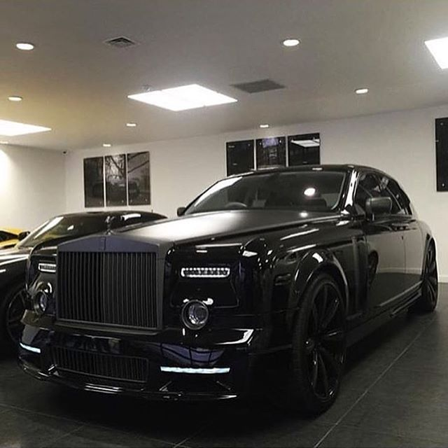 Blacked out Rolls Royce Phantom. ⚫️✖️ •••••••••••••••••••••••••••• Photo by @mrsammydee