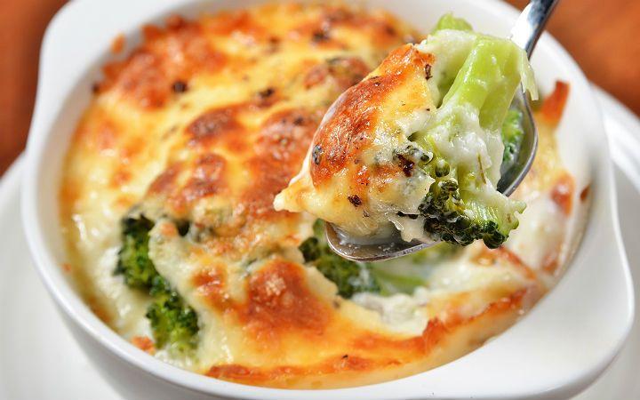 Kısa süre kaynar suda haşlanan brokolileri, beşamel sos ve rendelenmiş kaşar peyniri ilavesiyle pratik bir şekilde fırında hazırlıyoruz.