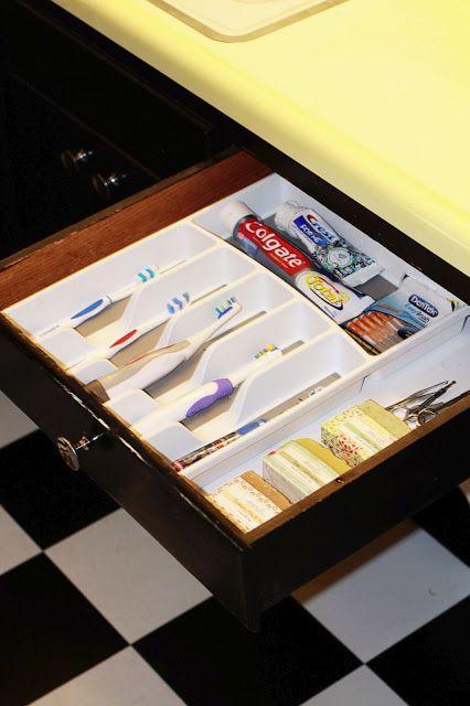 Tem pouco #espaço em cima da bancada do #banheiro? Então aposte nas gavetas! Colocando um porta-talheres dentro da gaveta você consegue #organizar as escovas de dente e outros produtos de higiene bucal com mais #praticidade! :D  #DIY