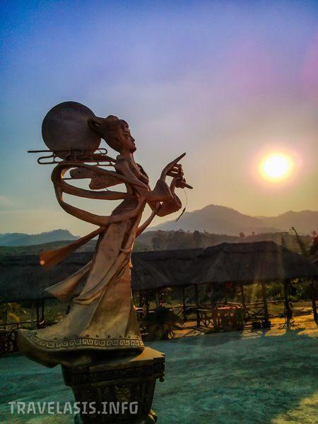 Статуя девушки-флейтистки в китайской деревне в Пае