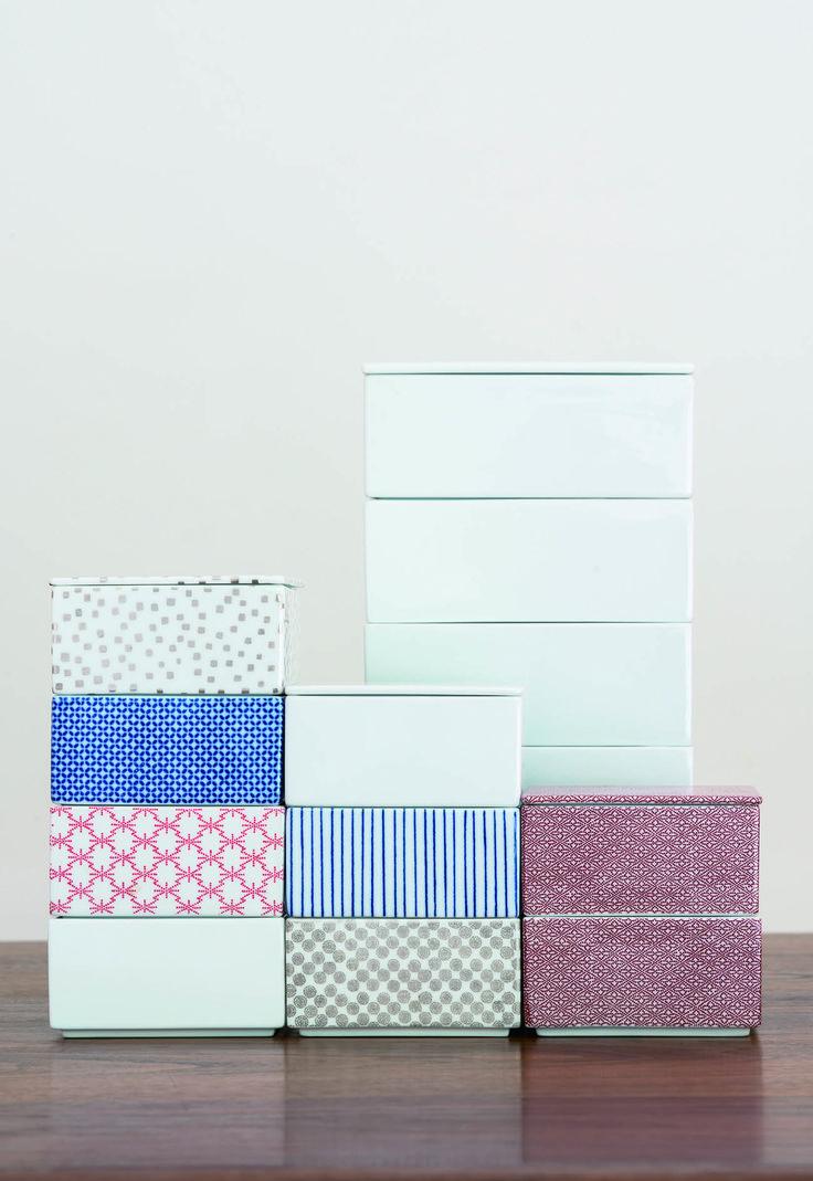 重箱|箱型の重ねの器は、正月などの年中行事や儀礼の際に使われた、日本の伝統的な器の形態のひとつです。本来は漆塗りの格調高いものが主流ですが、磁器で作られたこの重箱は、食器としても保存容器としても使える、日常使いの品になりました。<取扱|TIME&STYLE>