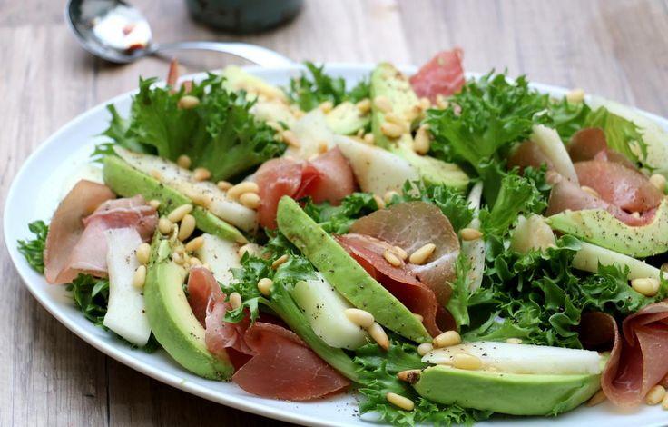 Sommersalat med avokado, melon og spekeskinke.
