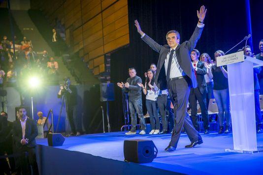 A Toulon, François Fillon se pose en chef des armées et cible Emmanuel Macron Le candidat de la droite a promis d'augmenter le budget des armées tout en tentant de contrer son principal adversaire dans les sondages.    Le Mon... http://www.lemonde.fr/election-presidentielle-2017/article/2017/03/31/a-toulon-francois-fillon-se-pose-en-chef-des-armees-et-cible-emmanuel-macron_5104092_4854003.html?xtor=RSS-3208