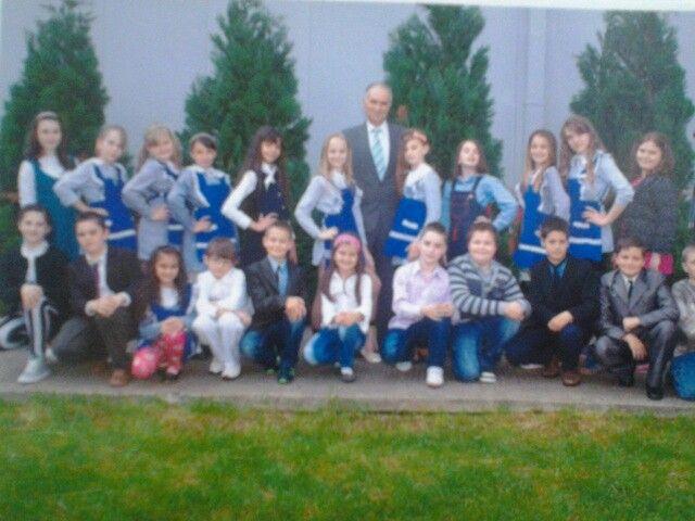 clasa mea, eu sunt a doua din dreapta dupa profesorul de anul trecut, domnul Udrea Petre. Acum sunt intr-a 5-a!