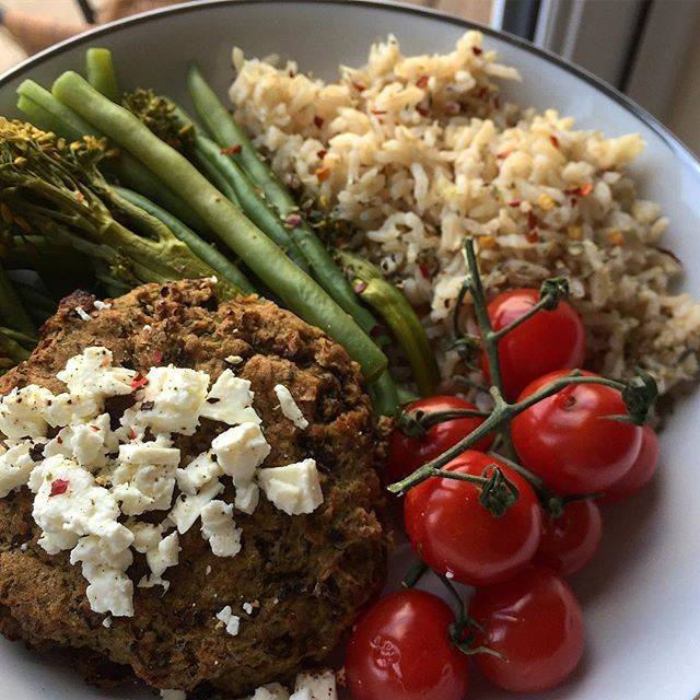 Postworkout on a plate, cuz I'm feeling fancy 💁🏼 A @goshfreefrom mushroom, puy lentil and butter bean burger topped with feta cheese, greens and rice 💚 I also added some vine tomatoes tonight BC whoever got fat eating too many micros 🤷♀️Saying that, I was still sooo hungry after this (two workouts in one day will do that to ya!!😳) So also had some @kingselitesnacks chicken Jerky and some dark chocolate 😜 MyFood burgare fetaost ost biff
