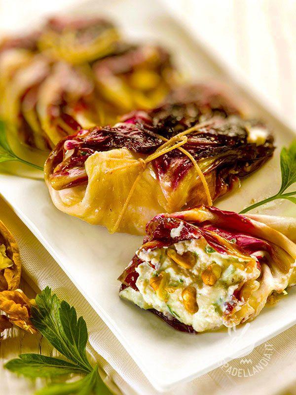 Gli Involtini di radicchio alla ricotta e noci sono un piatto veramente originale, gustoso ma anche molto scenografico, se servito in tavola con eleganza.