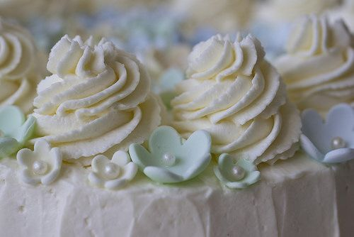 Cake with lemon curd and whipped cream frosting by EvasSvammel.