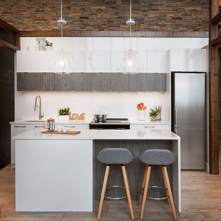 Inspiration de la vie de loft des grandes métropoles tendances comme celle de Montréal. Le choix des matériaux est un mélange de textures avec un blanc lustré, un effet bois et le comptoir effet pierre avec léger veinage gris sur fond blanc qui procurent un style urbain et moderne. Tout à fait tendance!