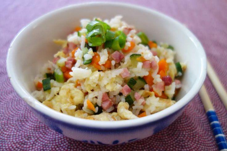 Stekt ris är den kinesiska motsvarigheten till pytt i panna och en perfekt rätt att göra om du har ris över från dagen innan. Du kan använda de grönsaker du råkar ha hemma som exempelvis ärtor, purjolök, gul lök eller zucchini. Bara hacka till små tärningar. Skinkan kan du byta mot räkor, kassler eller, om du vill ha en vegetarisk rätt, inte ha med alls.