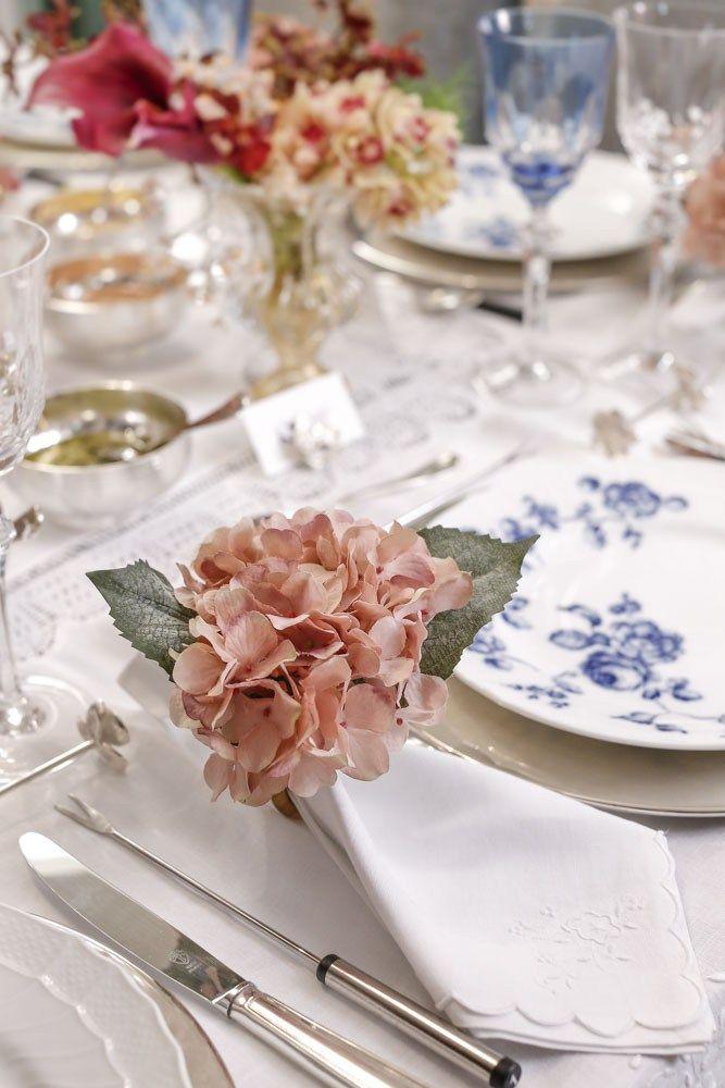 Toalha e guardanapos brancos com renda do Mercado Modelo de Salvador e porta-guardanapos de Hortênsias Rosas, completaram a mesa.