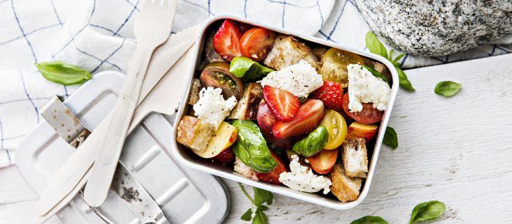 Panzanella eli italialainen leipäsalaatti vaihtuu kesäversioksi, kun lisäät siihen tuoreita nektariineja ja mansikoita. Noin 2,60€/annos.