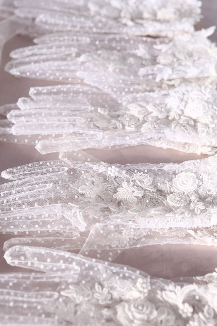 Valentino lace glovesFashion Weeks, Runway Fashion, Wedding Style, White Lace, Wedding Gloves, Valentino Haute, Lace Gloves, Bridal Accessories, Haute Couture