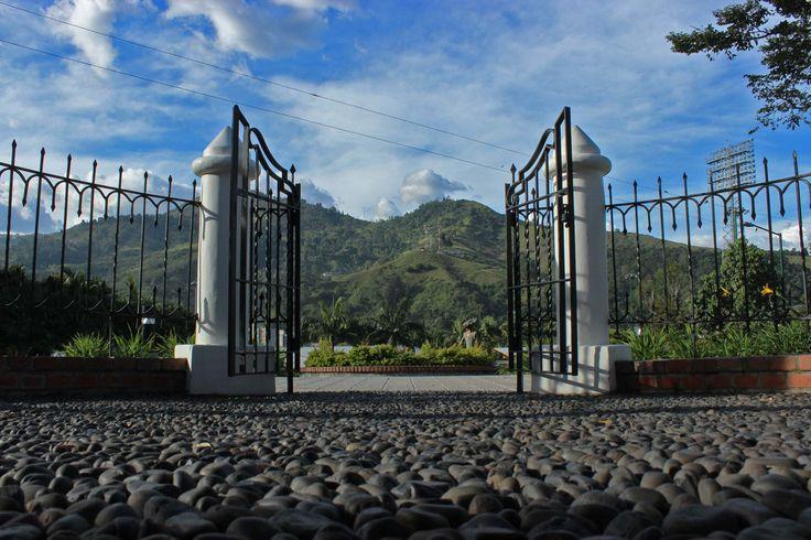 La salida de la Casa Museo Ditaires, con las montañas de nuestro municipio como vecinas imponentes.